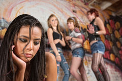 Ung kvinna som trakasseras Arkivfoton