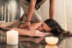 Ung kvinna som tycker om acupressureteknikerna av den thailändska massagen Royaltyfria Foton