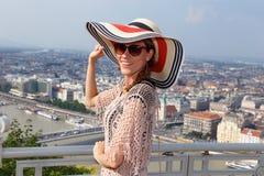Ung kvinna som tycker om Budapest panorama Arkivbild