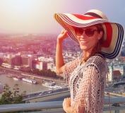 Ung kvinna som tycker om Budapest panorama i solnedgång Arkivfoto