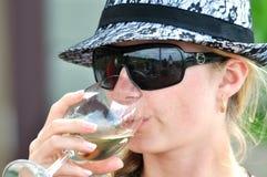 Ung kvinna som tycker om den avslappnande drinken Royaltyfria Bilder