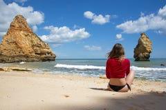 Ung kvinna som tycker om den perfekta dagen på stranden royaltyfria foton