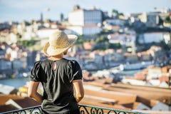 Ung kvinna som tycker om den soliga sydliga staden, Porto, Portugal Arkivfoto