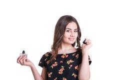 Ung kvinna som tycker om en lukt av doften royaltyfri bild