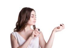 Ung kvinna som tycker om en lukt av doften arkivfoton