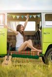 Ung kvinna som tycker om en roadtrip Fotografering för Bildbyråer