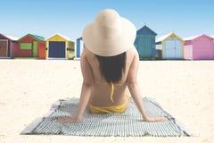 Ung kvinna som tycker om en sommarferie Fotografering för Bildbyråer