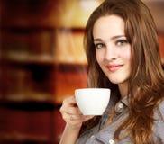 Ung kvinna som tycker om en varm dryck Royaltyfri Fotografi