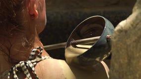 Ung kvinna som tycker om gyttjebadet i lyxig brunnsortmitt Hällande kropp för härlig kvinna vid gyttja i brunnsortbad Hudomsorg o stock video