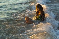 Ung kvinna som tycker om havvågor Royaltyfria Foton
