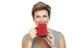 Ung kvinna som tycker om henne kaffe Arkivbilder