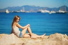 Ung kvinna som tycker om hennes semester vid havet Royaltyfri Fotografi
