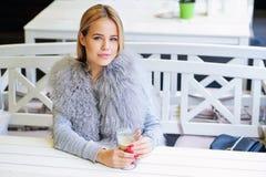 Ung kvinna som tycker om hennes tid under kaffeavbrott Royaltyfria Foton