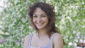 Ung kvinna som tycker om i bakgrunden av trädet lager videofilmer