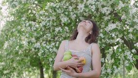 Ung kvinna som tycker om i bakgrunden av trädet stock video