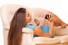 Ung kvinna som tycker om musik Arkivfoto