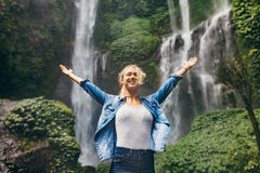 Ung kvinna som tycker om naturen royaltyfria bilder