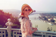 Ung kvinna som tycker om retro Budapest panorama Arkivbild