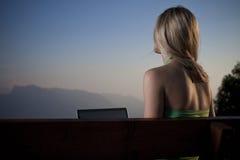 Ung kvinna som tycker om sereniteten av naturen fotografering för bildbyråer