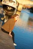 Ung kvinna som tycker om solig morgon i Paris Royaltyfria Foton