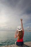 Ung kvinna som tycker om solnedgången på havet Royaltyfri Fotografi