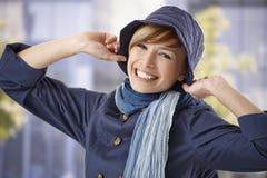 Ung kvinna som tycker om tidigt vårsolsken Arkivbilder