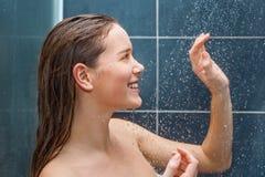 Ung skönhet under dusch Royaltyfri Foto