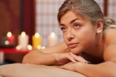 Ung kvinna som tycker om yrkesmässig massage royaltyfria bilder