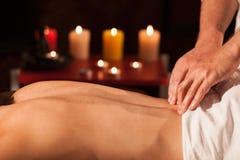 Ung kvinna som tycker om yrkesmässig massage fotografering för bildbyråer