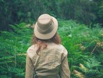 Ung kvinna som undersöker den tjocka skogen Royaltyfri Fotografi