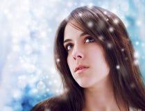 Ung kvinna som uppåt ser Arkivfoton