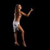Ung kvinna som utför latinodans med passion Arkivbild