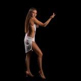 Ung kvinna som utför latinodans med passion Arkivbilder