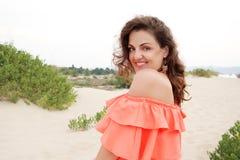 Ung kvinna som utomhus tycker om hennes sommarsemester Royaltyfri Bild