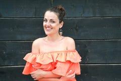 Ung kvinna som utomhus tycker om hennes sommarsemester Royaltyfri Foto