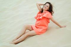Ung kvinna som utomhus tycker om hennes sommarsemester Arkivfoton