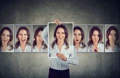 Ung kvinna som uttrycker olika sinnesrörelser royaltyfri fotografi
