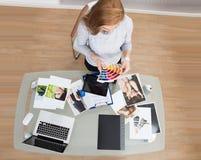 Ung kvinna som väljer färg royaltyfria foton