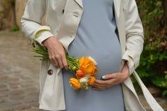 Ung kvinna som väntar ett barn Royaltyfri Bild