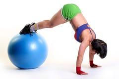 Ung kvinna som övar med passa-bollen Royaltyfria Foton