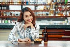 Ung kvinna som vilar i bar royaltyfri bild