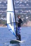 Ung kvinna som vindsurfar havet Royaltyfri Foto