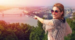 Ung kvinna som visar Budapest panorama i solnedgång Royaltyfria Bilder