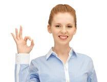 Ung kvinna som visar det ok tecknet Arkivfoton