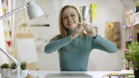 Ung kvinna som visar en vinnarekopp till kameran lager videofilmer