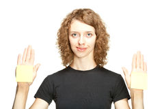 Ung kvinna som visar händer med blanka etiketter Royaltyfria Bilder