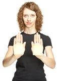 Ung kvinna som visar händer med blanka etiketter Arkivfoton