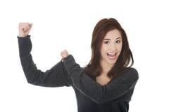 Ung kvinna som visar henne styrka Arkivbild