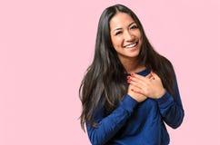 Ung kvinna som visar henne uppriktig tacksamhet arkivfoto