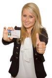 Ung kvinna som visar hennes körkort Arkivfoto